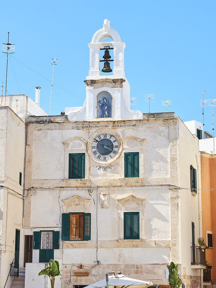 Palazzo delle Orologio in Piazza Vittorio Emanuele. Polignano a Mare, Apulia.